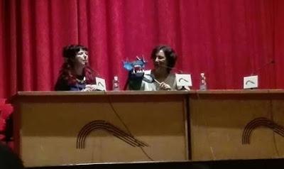 Gabriella Campbell y Ana Gonzalez Duque presentando Las Tierras Oscuras