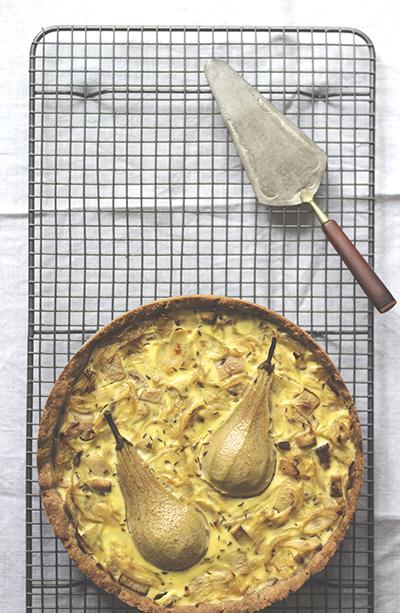 Zwiebelkuchen mit Birnen und Räuchertofu