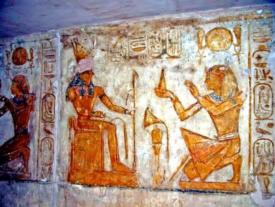 amsés II haciendo una ofrenda a Horus, en Abu Simbel