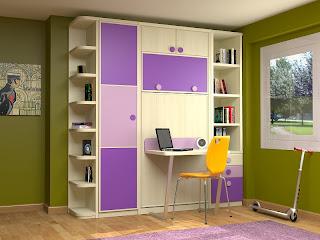 dormitorio con cama plegable vertical con mesa de estudio