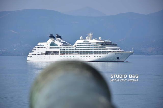 Το κρουαζιερόπλοιο Seabourn Odyssey με 450 επιβάτες στο Ναύπλιο (βίντεο)