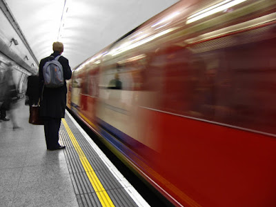 Hombre viendo pasar un tren. Adiós al editor tradicional. Algoritmo. Big data