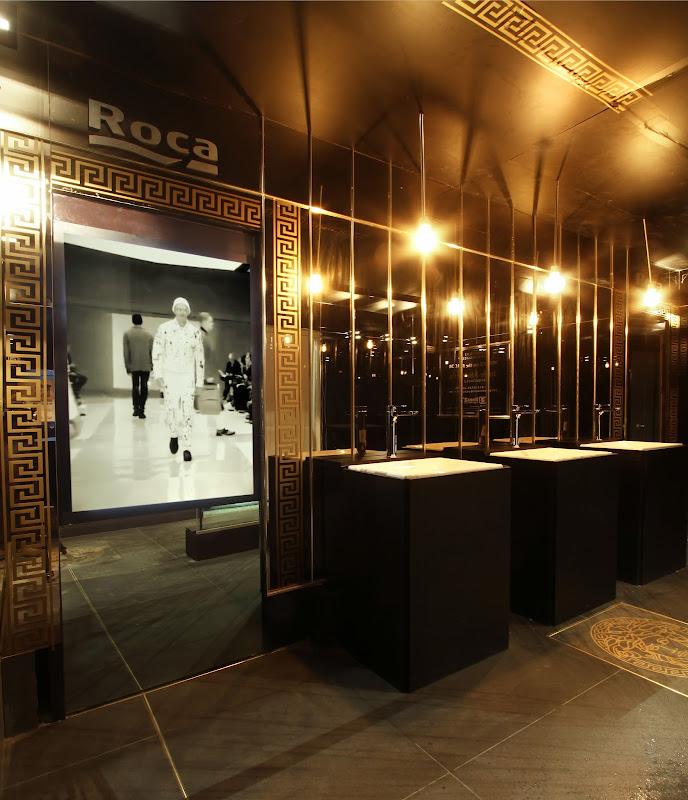 Casa FOA 2017: Baño Público by Roca VERSACE ON THE FLOOR - Arq. Jorge Abecasis