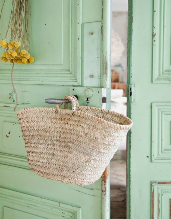 capazo de paja clásico en puerta aguamarina