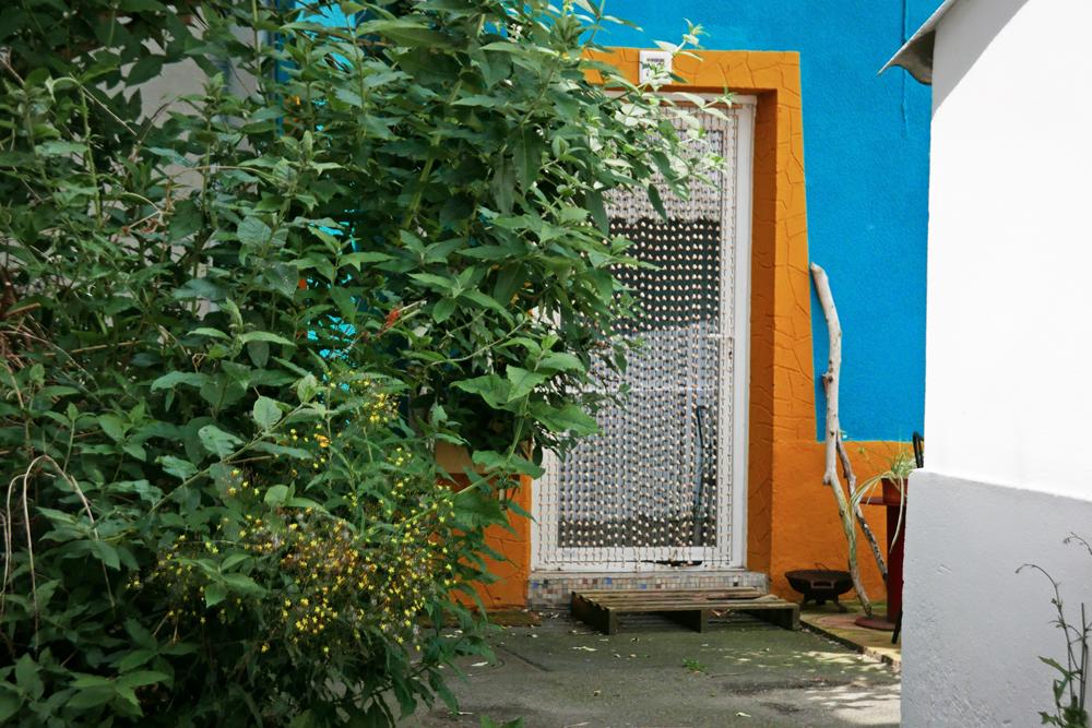 porte et façade colorées (bleu et jaune) dans le village de pêcheurs de Trentemoult