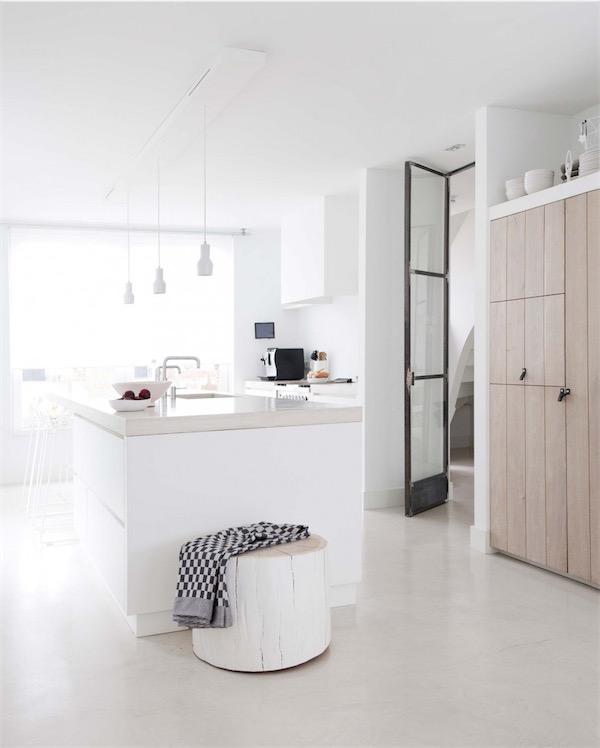 cocina blanca con suelo de microcemento chicanddeco
