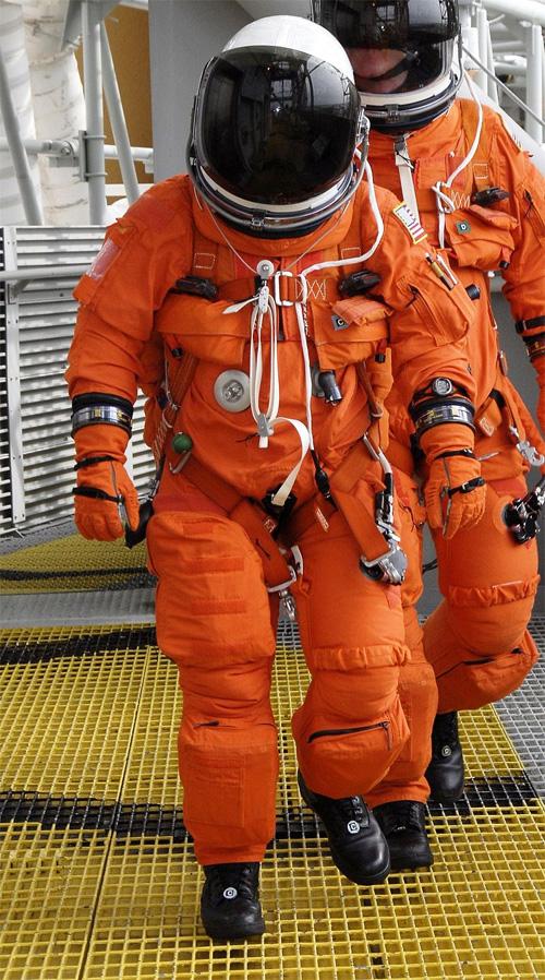astronauta usando o traje ACES
