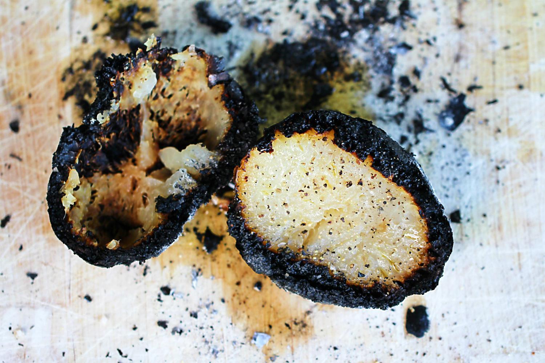 Kohlrabiknolle in der Glut gegart, aufgeschnitten, mit Olivenöl und Salz | Arthurs Tochter kocht. von Astrid Paul. Der Blog für food, wine, travel & love