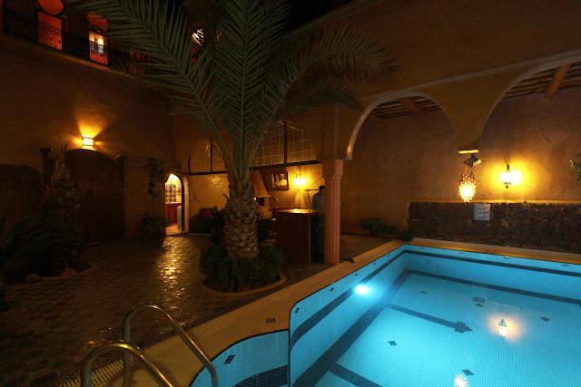 Espacio de la piscina del riad Timadrouine