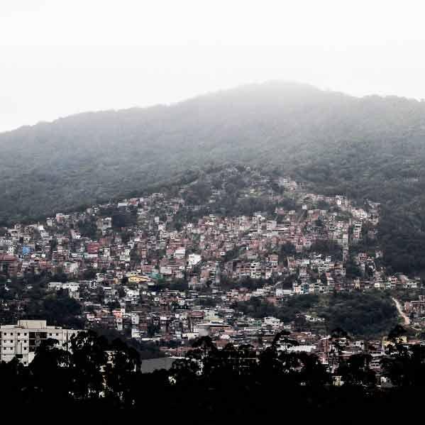 A comunidade Parque Taipas e o elevado Parque Taipas, na borda da Cantareira, integrados. No alto desse morro, cicloturistas mediram 1.211 metros de altitude com os aplicativos Strava e Wikiloc. Foto: Rogério / Trilha Favela
