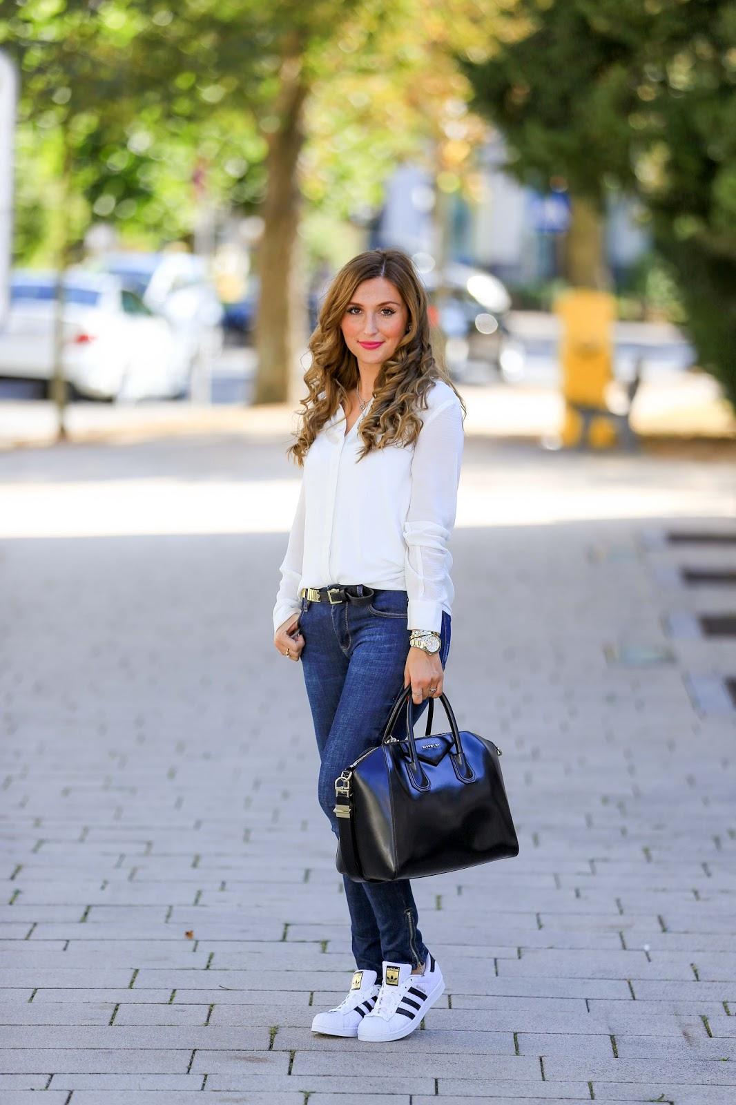 Fashionblogger aus Deutschland-Lockige Haare-Blogger mit Locken-Blogger mit Braunen Haaren-Givenchy Tasche- Schwarze Givenchy tasche- Zara Bluse