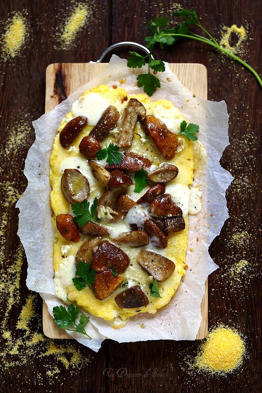 Pizza polenta fromage champignons