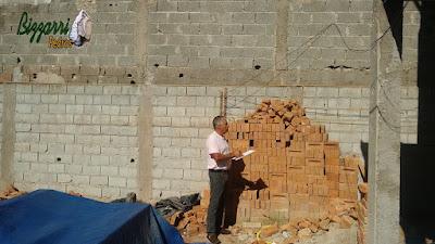 Bizzarri visitando uma obra onde vamos fazer os revestimentos de pedra moledo na parede com a execução do muro de pedra e as escadas de pedra em residência na Cantareira. 07 de novembro de 2016.