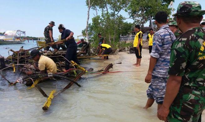 """Posal TNI  AL Nusa Penida bantu Evakuasi Runtuhnya """"Jembatan Kuning"""""""