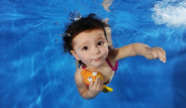 Tips Aman Mengajak Bayi Berenang Di Kolam