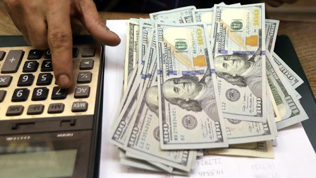 El dólar supera los 43 pesos argentinos y rompe otra vez su techo