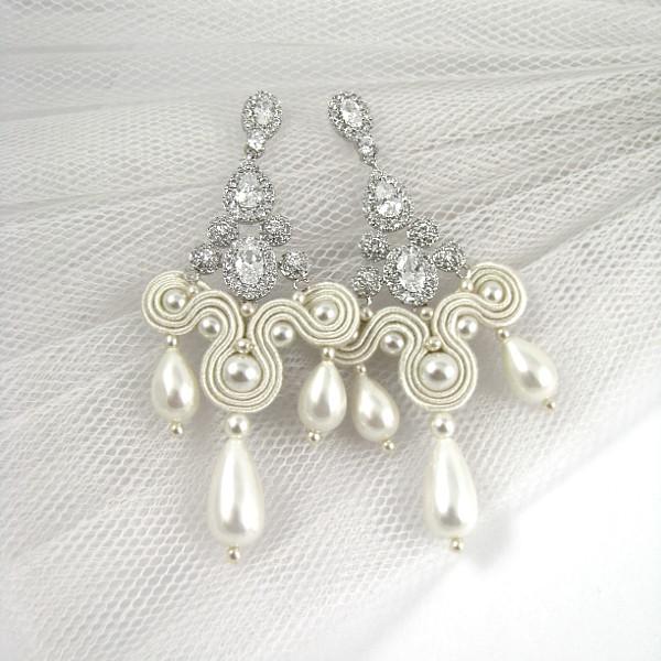 Kandelabrowe kolczyki ślubne z cyrkoniami i perłami.
