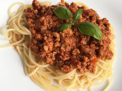 Włoski sos boloński do makaronu z mięsa i pomidorów