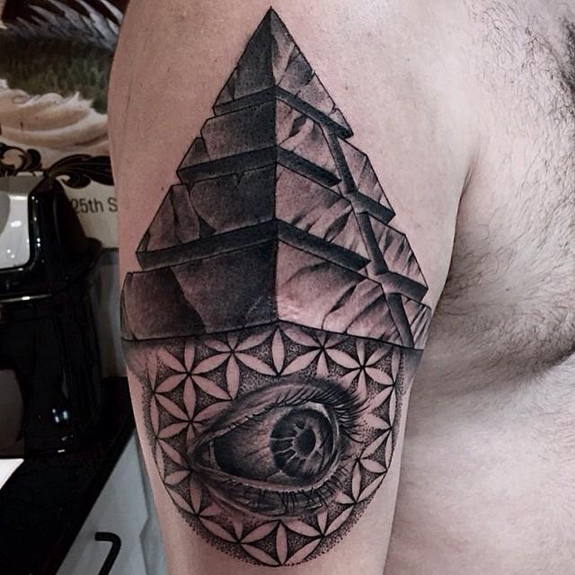 Tatuaje de Piramide conceptual con ojo que todo lo ve