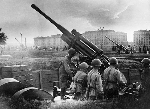 Soviet anti-aircraft gun soldiers defending Moscow, July 1941 worldwartwo.filminspector.com