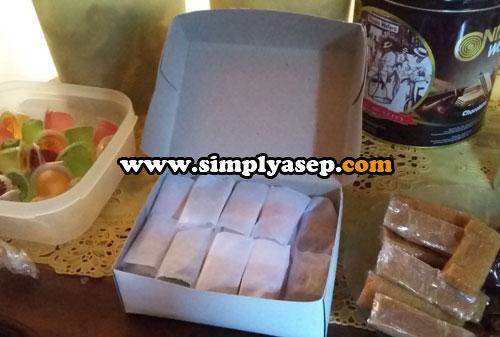 YANGKO : Kotak kemasan Yangko dibuka dengan hikmat Hehhee.  Nah keliatan kan isinya Selamat menghitung ada berapa isinya dalam 1 kotak Yangko nan nikmat ini. Foto Asep Haryono