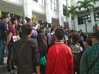 Kader HMI Cabang Padang Duduki Gedung DPRD Provinsi Sumatera Barat, Tuntut Stabilkan Ekonomi p