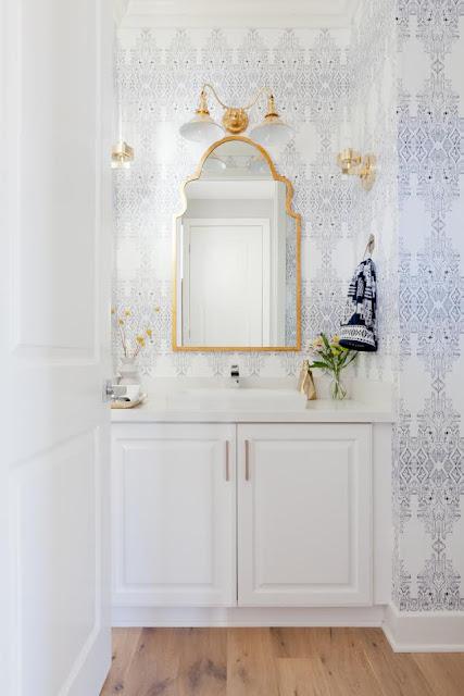 jasna tapeta w łazience