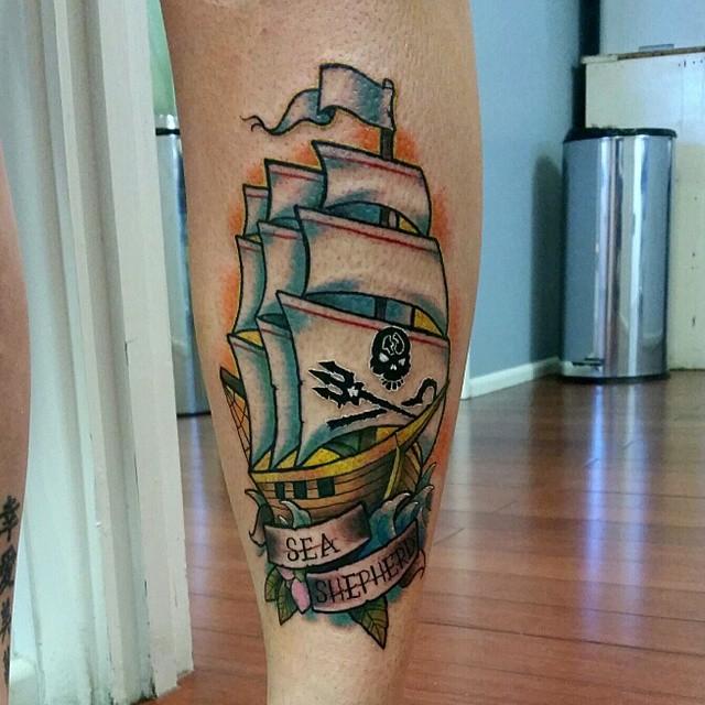 tatuajes de barco pirata en los gemelos