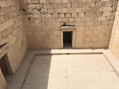 el interior del templo de Anahita