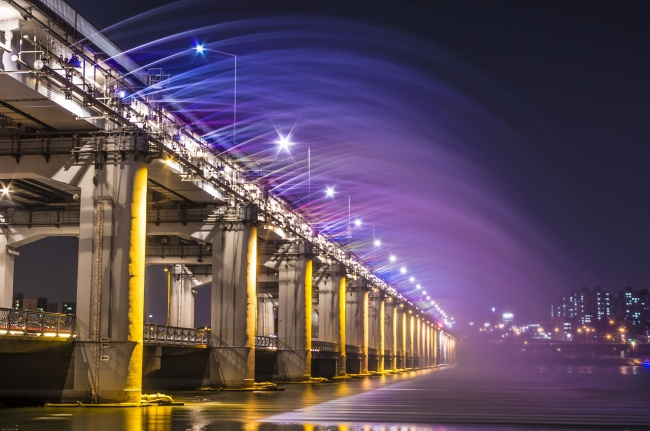 18 Amazing Fountains From All Over The World That Are Real Works Of Art - Banpo Bridge Rainbow Fountain in South Korea
