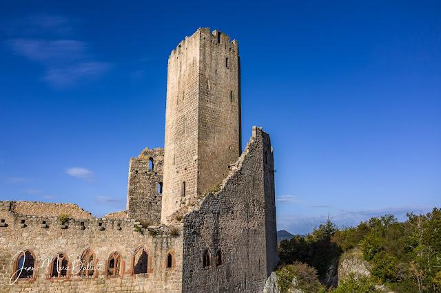 Château de l'Ortenbourg - L'extraordinaire donjon couvert par un mur-bouclier