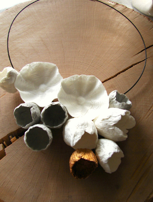 collana di carta bianco oro grigio