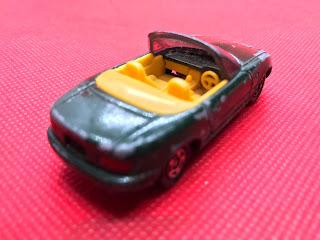 マツダ ユーノス ロードスター のおんぼろミニカーを斜め後ろから撮影