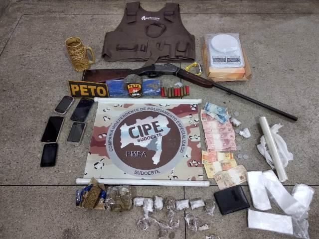 Polícia apreende drogas e arma de fogo durante operação, em Brumado