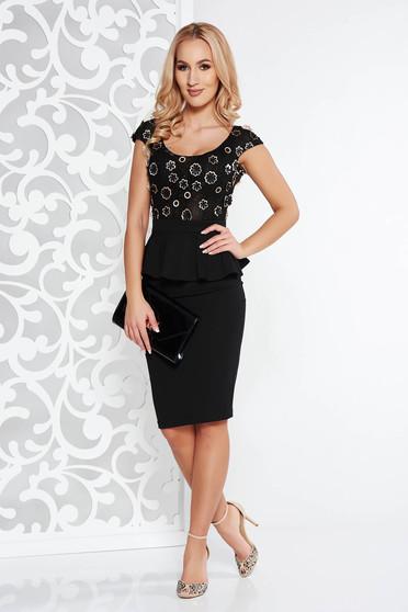 Rochie neagra de ocazie tip creion din material usor elastic cu peplum si aplicatii florale