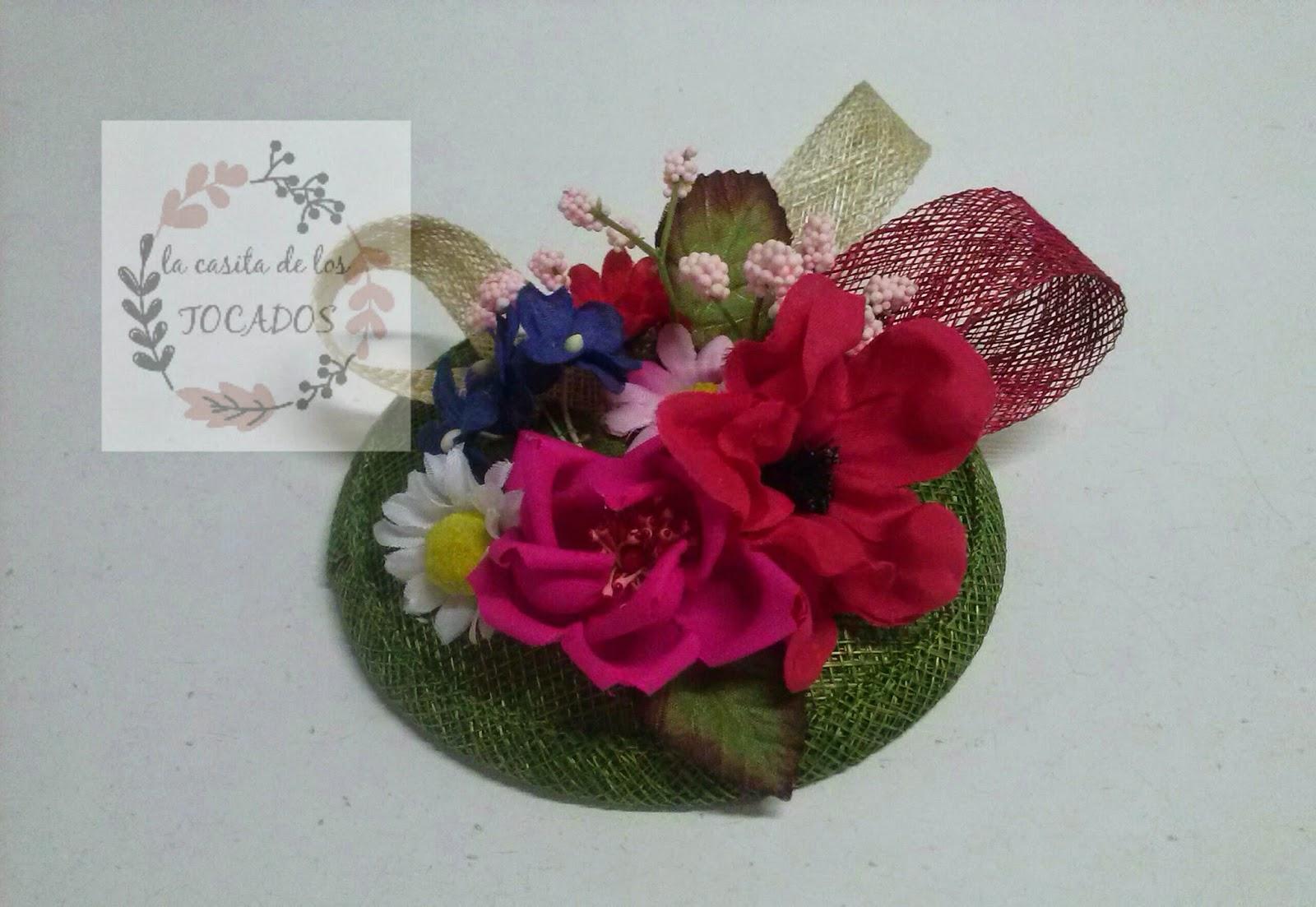 tocado artesanal con base en color verde y flores de colores y tamaños variados para boda