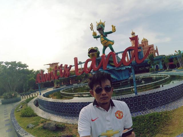 Foto keren di depan tulisan dan maskot Atlantis Land KenPark