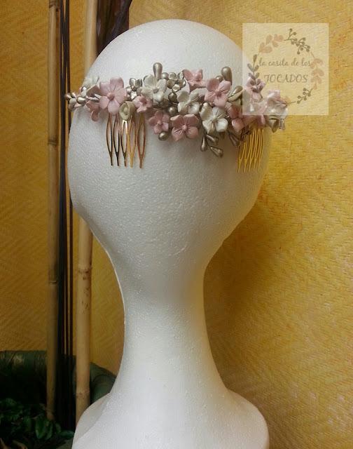 semicorona artesanal realizada para novia con porcelana fría pintada en tonos pastel