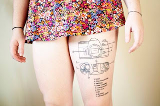 Tatuaje partes de la cámara de fotos en el muslo mujer