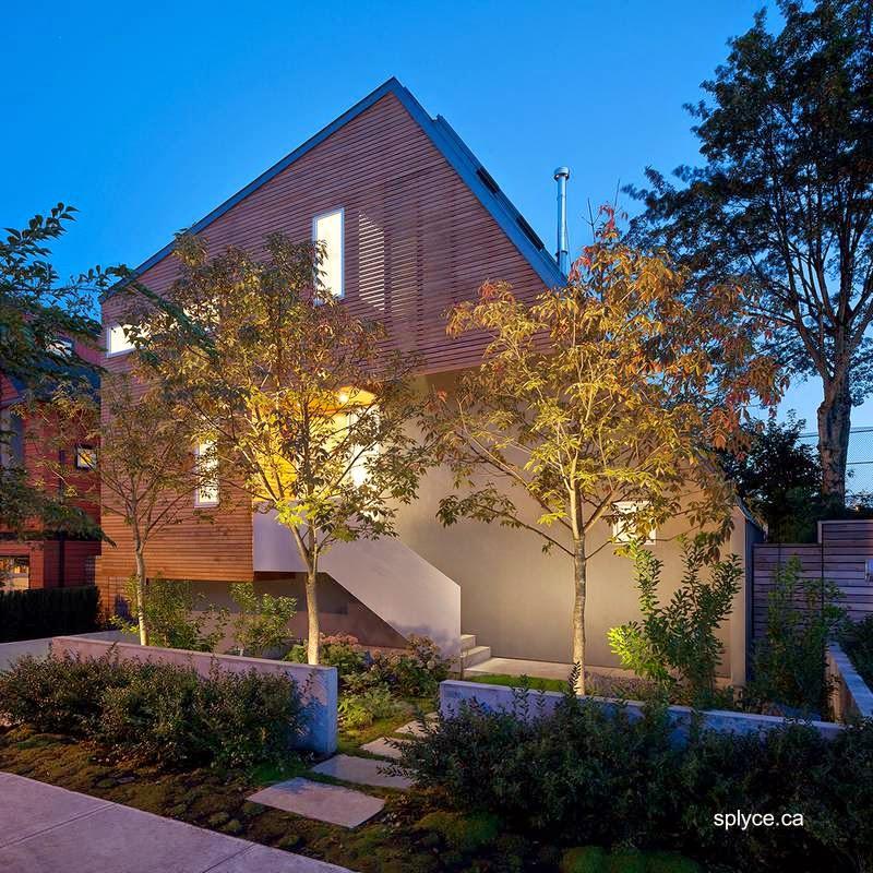 Residencia asimétrica contemporánea vista en perspectiva desde el frente