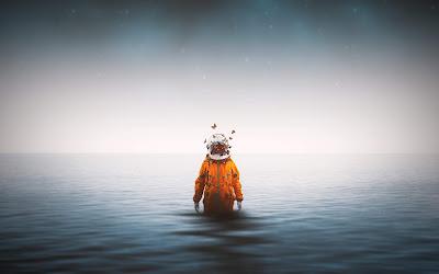Hombre misterioso con casco transparente y traje naranja dentro del mar con niebla