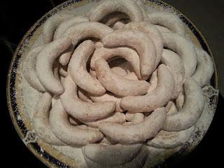 حلويات مغربية سهلة : حلوة هلال بالفرماج واللوز لذيذة وسهلة التحضير بالصور