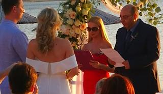 Λέσβος: Γαμπρός και νύφη με θέα το απέραντο γαλάζιο – Ο γάμος που έγινε θέμα συζήτησης
