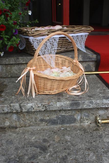 Streukörbche Rosamunde Pilcher inspirierte Sommerhochzeit in Pfirsich, Apricot, Pastelltöne - Heiraten in Garmisch-Partenkirchen, Bayern, Riessersee Hotel, Seehaus am Riessersee - Hochzeit am See in den Bergen - Peach and Pastell wedding