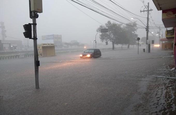 Chuva torrencial alaga ruas do centro e bairros de Jacobina; vídeo e fotos