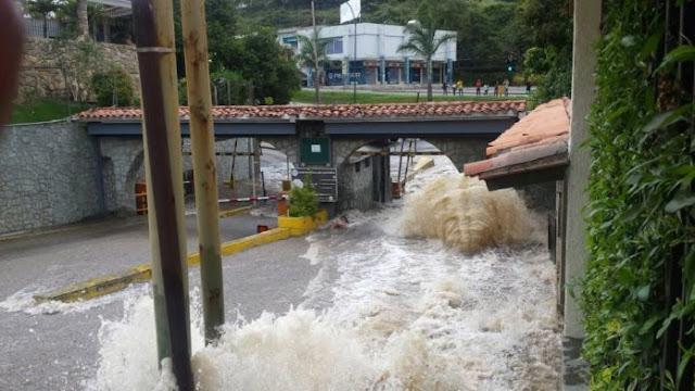 Inundación en San Antonio de Los Altos por tubería rota