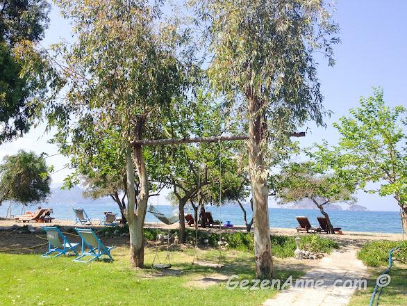 Yonca Lodge'un plajı ve şezlongları, Yanıklar Fethiye