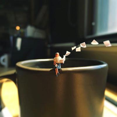 Foto divertida de escena del trabajo tomada con un iPhone con gente miniatura