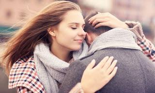 صورة عن الحب: تحضن حبيبها