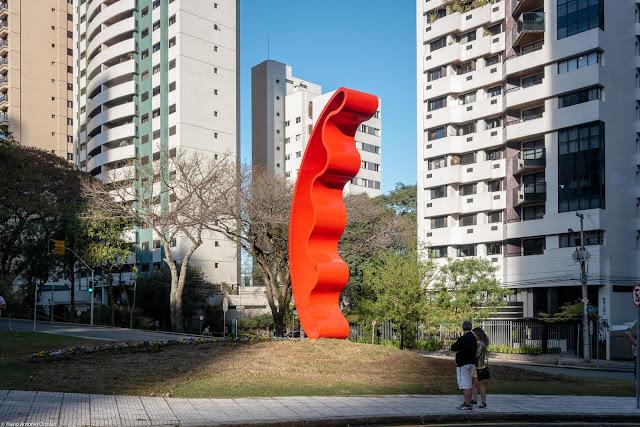 Escultura de Tomie Ohtake na Praça do Japão